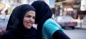 Mädchen mit Kopftuch lächelt