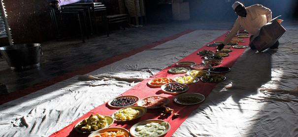 Vorbereitungen für das gemeinsame Fastenbrechen im Islam (Iftar). Copyright Rajesh_India auf flickr, bearbeitet by IslamiQ.