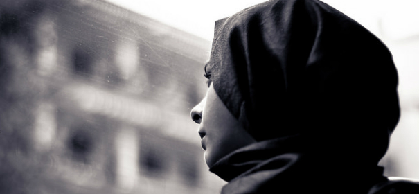 Kopftuch © by Hernán Piñera auf Flickr (CC BY 2.0), bearbeitet islamiQ