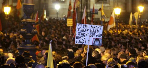 Symbolbild: Aufmärsche, Pegida-Demonstration © strassenstriche.net auf flickr, bearbeitet by IslamiQ