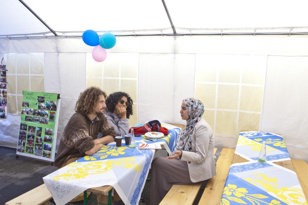 Begegnungen und Gespräche im Innenhof der Moschee © EL