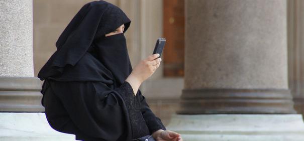 Burka-Trägerin © by Patrick Denker auf Flickr (CC BY 2.0), bearbeitet islamiQ
