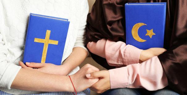 Symbolbild: Christen und Muslime. © shutterstock, bearbeitet by IslamiQ