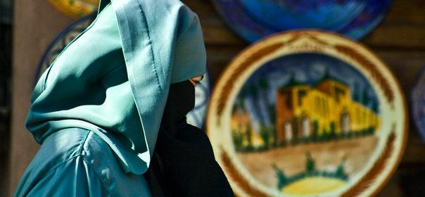 Symbolbild: Burka © Montse PB auf flickr (CC BY 2.0), bearbeitet by IslamiQ.