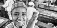 Symbolbild: lächelnder Muslim © Michał Huniewicz auf flickr (CC BY 2.0), bearbeitet by IslamiQ.