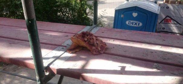 Schweineteile auf Moschee