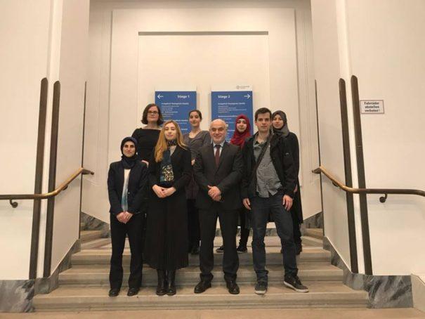Symbolbild: Prof. Ednan Aslan und seine Mitarbeiter im Institut