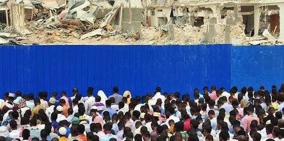 Tausende haben sich in Somalia zum Gebet versammelt. © streetmedianews