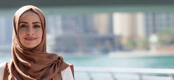 Symbolbild: Lehrerin mit Kopftuch © Perspektif, bearbeitet by iQ.