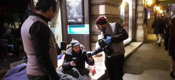 Muslime helfen Obdachlosen mit warmen Mahlzeiten