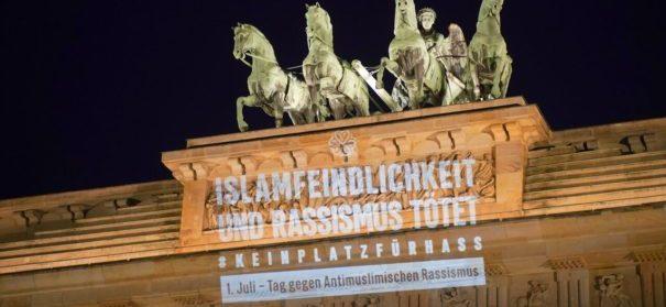 Mit Lichtinstallationen ein Zeichen gegen Islamfeindlichkeit setzen. © CLAIM Berlin