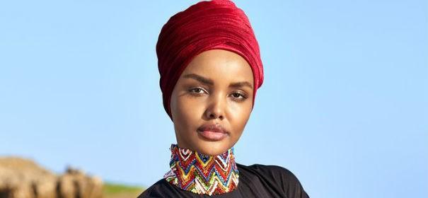 Model Halima Aden trägt einen Burkini © Twitter/MetalRabbit13, bearbeitet by IslamiQ.
