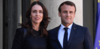 Jacinda Ardern und Emmanuel Macron während des Christchurch-Gipfels © Anadolu Agency, bearbeitet by IslamiQ.