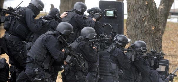 Durchsuchung, Polizeieinsatz (c)shutterstock, bearbeitet by iQ