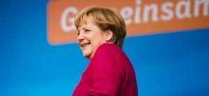"""In einem Interview mit der Passauer Neuen Presse erklärte Bundeskanzlerin Angela Merkel (CDU), die EU sei keine Sozialunion. Kritiker aus verschiedenen Lagern werfen der Bundeskanzlerin seitdem vor, rechtspopulistische Ressentiments aufzugreifen und selbst zu schüren. Schließlich hatten die rechtsextreme NPD (""""Wir sind nicht das Sozialamt der Welt."""") und die als rechtspopulistisch geltende AfD (""""Wir sind nicht das Weltsozialamt."""") ähnliche Slogans im Wahlkampf benutzt. Nun hat sich auch der Vorsitzende des Interkulturellen Rates, Jürgen Micksch, kritisch zu den Äußerungen der Bundeskanzlerin zu Wort gemeldet. Micksch bezeichnete es als """"Wahlhilfe für Rechtspopulisten"""", wenn die Bundeskanzlerin sage: """"Wir wollen Hartz IV nicht für EU-Bürger zahlen, die sich allein zur Arbeitssuche in Deutschland aufhalten"""". Merkel verschweige, dass eine angebliche Zuwanderung in die Sozialsysteme kaum stattfinde. Frieden wird gefährdet """"Europaweit greifen Regierungen die Argumentationen von Rechtspopulisten auf, deren gemeinsamer Kern rassistische Einstellungen sind. Das stärkt den Rassismus in der Bevölkerung. Der Frieden in unserer Gesellschaft und in den europäischen Ländern wird dadurch gefährdet. Aufgabe verantwortlicher Politik ist die kritische Auseinandersetzung mit rassistischer Stimmungsmache"""", so Jürgen Micksch. Nach den Wahlen werde es eine der wichtigsten Herausforderungen für das Europäische Parlament sein, europäische und nationale Programme gegen Rassismus und Rechtsextremismus auf den Weg zu bringen. Dankbar sei der Interkulturelle Rat dem Bundespräsidenten, der die Einwanderung befürworte und dazu anrege, nicht mehr von """"wir und denen"""" zu reden. CSU macht Wahlkampf gegen Türken Unterdessen ist die CDU-Schwesterpartei CSU, die bereits mit dem Slogan """"Wer betrügt, fliegt."""" für Schlagzeilen gesorgt hatte, mit einer neuen Aktion auffällig geworden. Die CSU beklebt derzeit ihre Europaplakate mit gelben Bannern, auf denen draufsteht: """"Türkei-Beitritt verhindern!"""". Damit ü"""