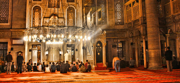 Junge Muslime beim Gebet in der Eyüp Sultan Moschee (Istanbul) -Bayern © by Halid Altuner auf Flickr (CC BY 2.0), bearbeitet islamiQ