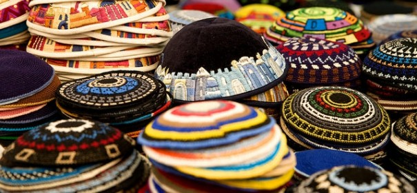 Kippa in bunten Farben © by Israel Photo Gallery auf Flickr (CC BY 2.0), bearbeitet islamiQ