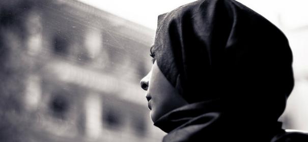 Symbolbild: Muslimische Frau mit Kopftuch © by Hernán Piñera auf Flickr (CC BY 2.0), bearbeitet islamiQ