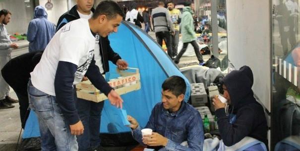 Der Wiener Hauptbahnhof ist voll mit ankommenden Flüchtlingen und helfenden Händen. © MJÖ