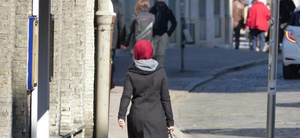 Muslimin mit Kopftuch © metropolico.org auf flickr, bearbeitet by IslamiQ.