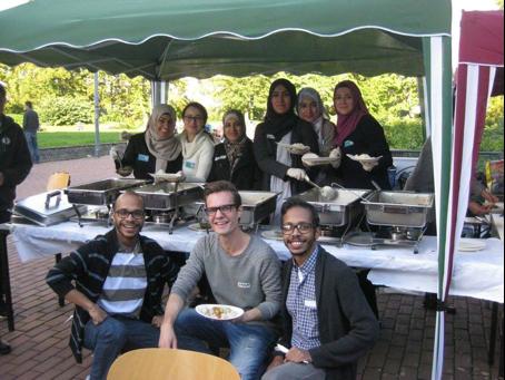 Festessen auf dem Campusgelände für Flüchtlinge (Eid al-atha), Teammitglieder bei der Essensausgabe. September 2015