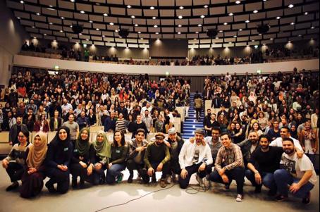 """Abschlussfoto """"Comedy Klatscher"""", April 2016, über 600 Studierende nahmen an der Veranstaltung teil."""