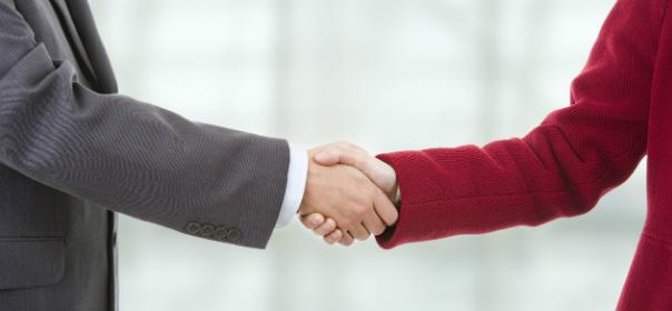 Symbolbild Handschlag als Zeichen des Dialog es © Shutterstock