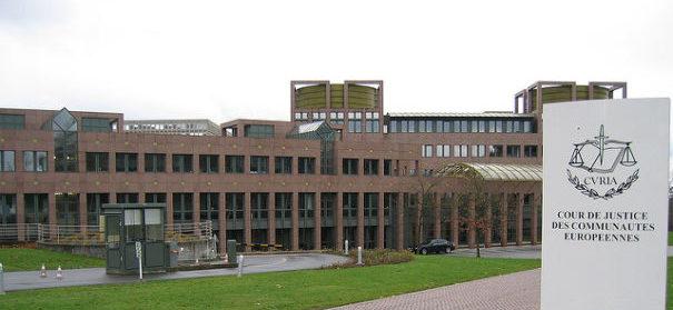 Europäischer Gerichtshof verhandelt über Kopftuch am Arbeitsplatz © Cédric Puisney auf flickr, bearbeitet by IslamiQ.