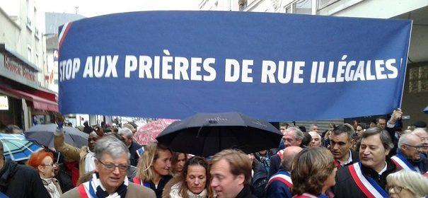 Proteste gegen muslimisches Straßengebet © Facebook, bearbeitet by IslamiQ.