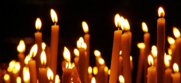 Symbolbild: Kerzen Lichterkette, Lange Nacht der Religionen © by Pedro auf www.flickr.com, bearbeitet IslamiQ