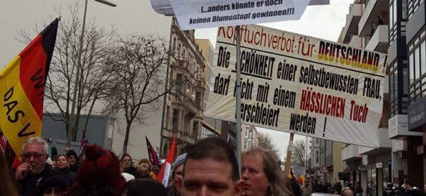 """Plakate mit islamfeindlichen Sprüchen auf dem """"Frauenmarsch""""© facebook"""