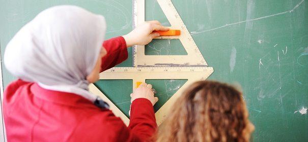 Symbolbild: Lehrerin mit Kopftuch in der Schule, CDU © Shutterstock, bearbeitet by iQ.