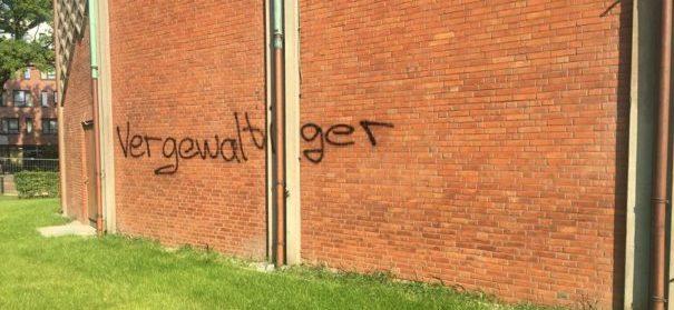 """Parolen wie """"Vergewaltiger"""", """"Anti-Christ"""" auf der Fassade der Al-Nour Moschee in Hamburg. © privat"""