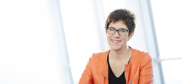 Annegret Kramp-Karrenbauer © Foto: CDU / Laurence Chaperon bearbeitet by IslamiQ)