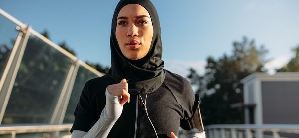 Symbolbild: Joggerin mit Kopftuch © Shutterstock, bearbeitet by islamiQ