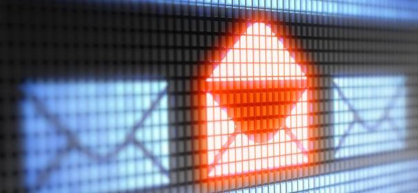 Symbolbild: NSU Drohschreiben auf Polizeicomputern © shutterstock, bearbeitet by iQ.