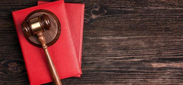 Symbolbild: Gerichtsurteile Symbole © shutterstock, bearbeitet by iQ