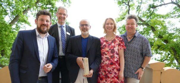 Maher Fakhouri (m.) mit dem Johannes-Stelling-Preis