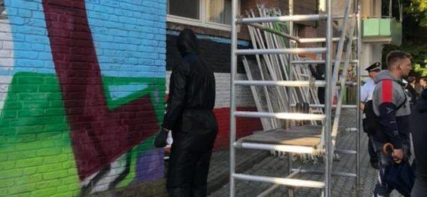 Künstler bemalen Nazi-Parolen