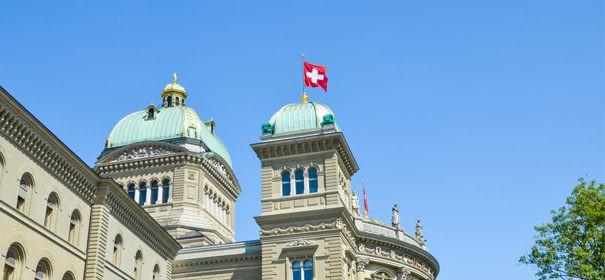 Schweizer Parlament, Schweiz © Shutterstock, bearbeitet by iQ.