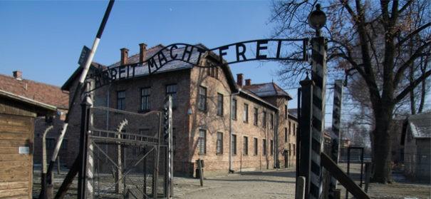 Auschwitz Arbeit macht frei © Shutterstock, bearbeitet by IslamiQ.