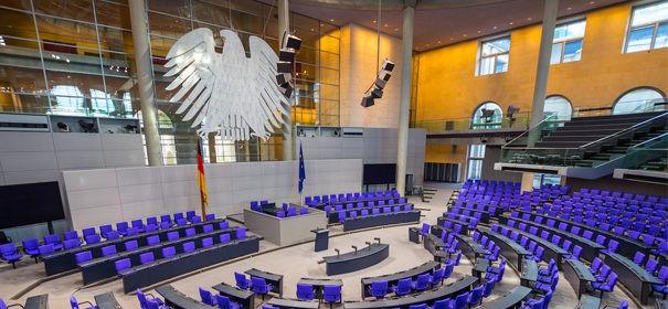 Bundestag, Kopftuchverbot © Shutterstock, bearbeitet by IslamiQ.