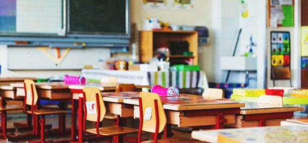 Lehrerin verteilt Arbeitsblatt mit rassistischer Darstellung © Shutterstock, bearbeitet by iQ.