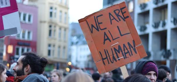 Tausende demonstrieren für Aufnahme von Flüchtlingen © Twitter, bearbeitet by iQ.