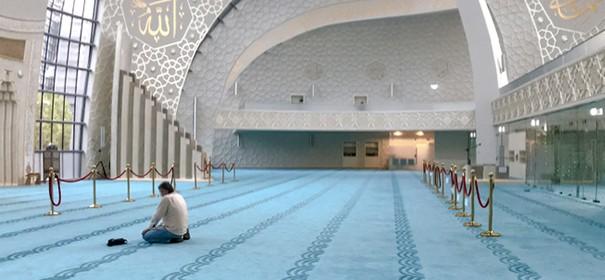 Eine Moschee von Innen, Muslime (Köln) © Shutterstock, bearbeitet by iQ.