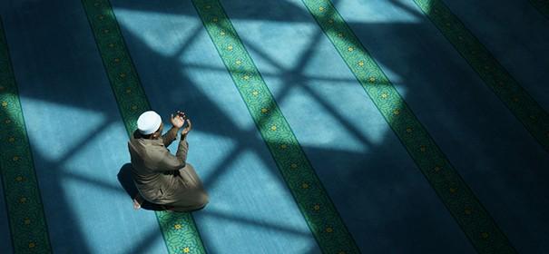 Symbolbild: Ramadan in der Moschee Shutterstock, bearbeitet by iQ
