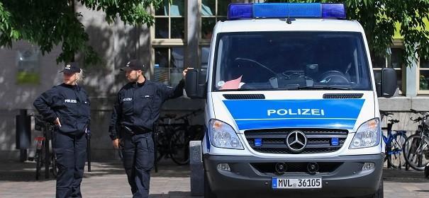 Polizeischutz, Polizei © Shutterstock, bearbeitet by iQ