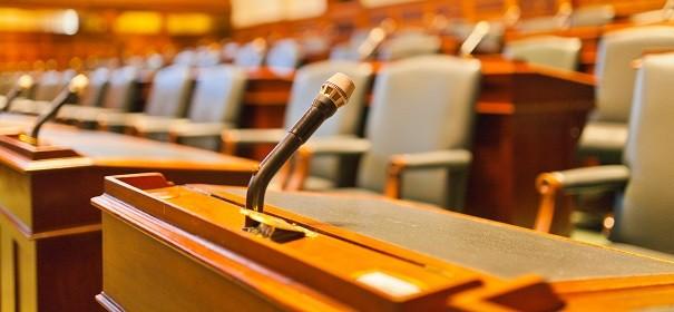 Symbolbild - Gerichtsverfahren, Kripobeamter © Shutterstock, bearbeitet by iQ