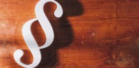 Symbolbild: Gericht, rassistische Chatgruppe, Justiz © shutterstock, bearbeitet by iQ.