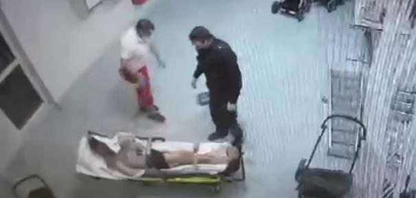 Sanitäter schlägt Mann